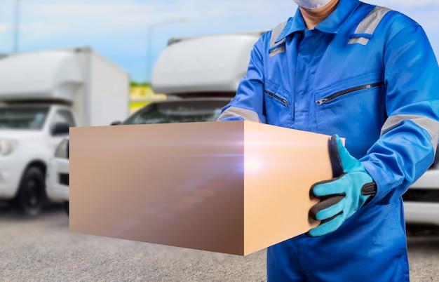 Człowiek dostawy posiadający ikonę usługi szybkiej dostawy ciężarówki koncepcja usługi dostawy online