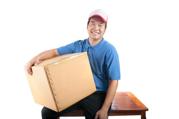 Człowiek dostawy posiadający pojemnik na pudełko