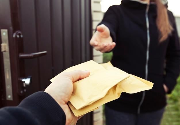 Człowiek dostawy przekazujący paczki klientowi w hhome