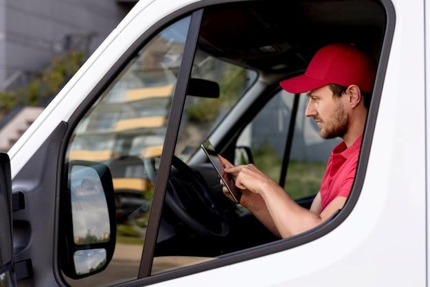 Człowiek dostawy sprawdzanie telefonu komórkowego