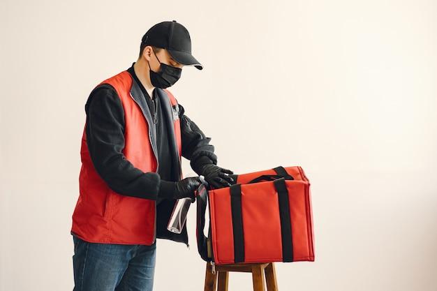 Człowiek dostawy spray dezynfekujący na pudełku