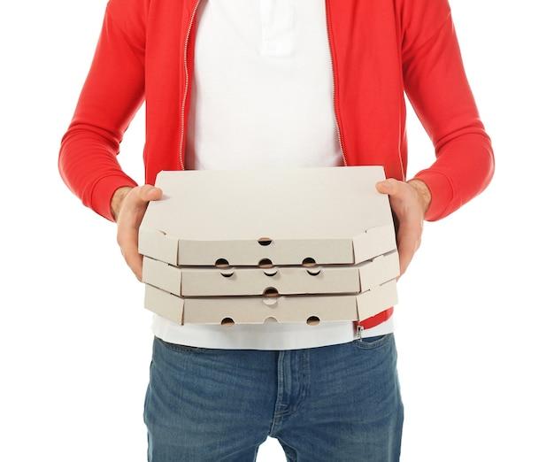 Człowiek dostawy z kartonowymi pudełkami po pizzy na białej przestrzeni