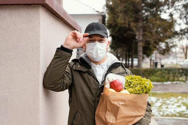 Człowiek dostawy z pakietem żywności