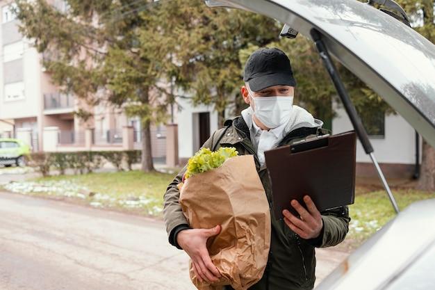 Człowiek dostawy z pakietem