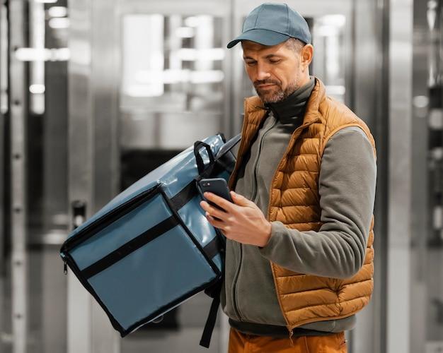 Człowiek dostawy z telefonem komórkowym
