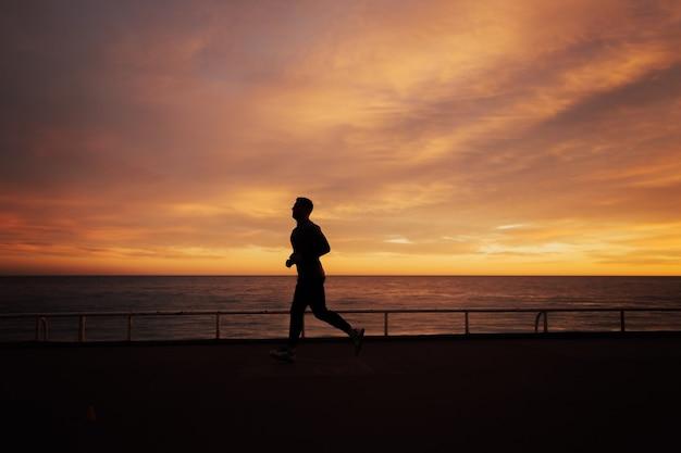 Człowiek działa o zachodzie słońca