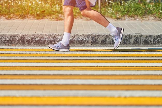 Człowiek działa przejściem dla pieszych, kopia przestrzeń