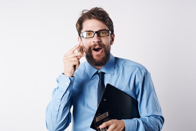 Człowiek finansista w niebieskiej koszuli gospodarki elektroniczne pieniądze