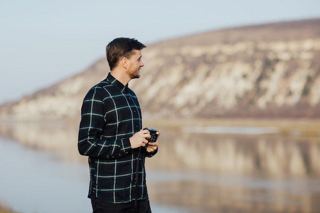 Człowiek fotografuje na stary aparat fotograficzny w górach