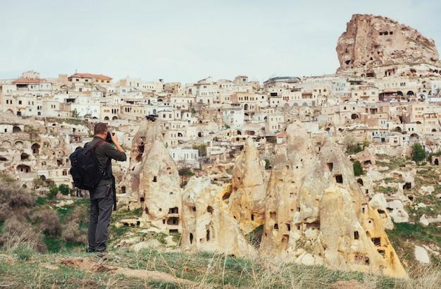 Człowiek fotografuje starożytne miasto