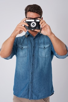 Człowiek fotografuje starym aparatem retro
