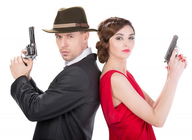 Człowiek gangstera i seksowna kobieta szpieg z bronią.