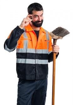 Człowiek garbage robi mały znak