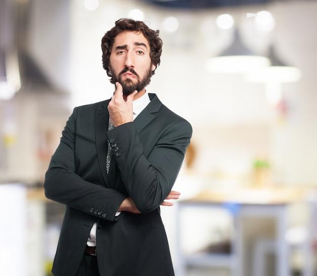 Człowiek gładząc brodę thouhhtfully