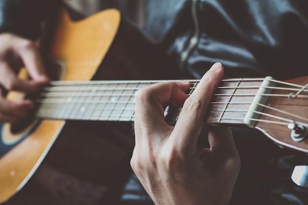 Człowiek gra na gitarze