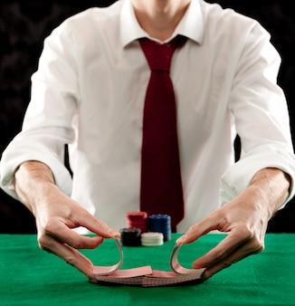 Człowiek gra w pokera