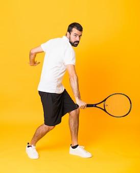 Człowiek gra w tenisa