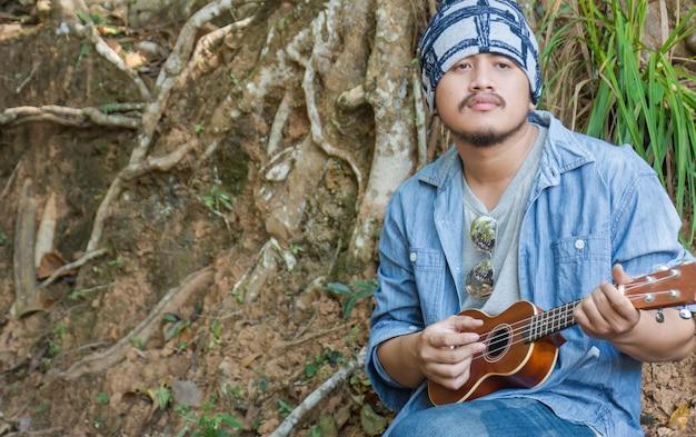 Człowiek grający ukulele.