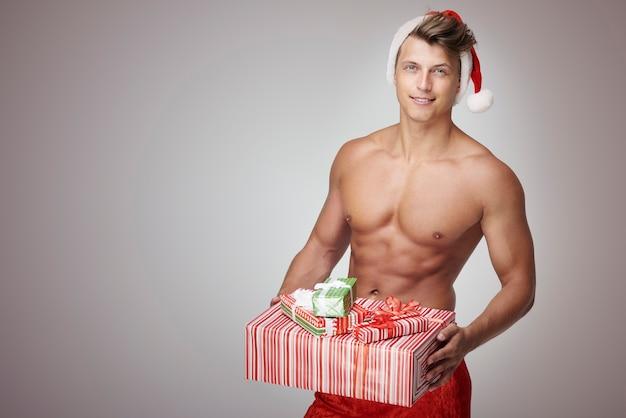 Człowiek holidng stos prezentów świątecznych