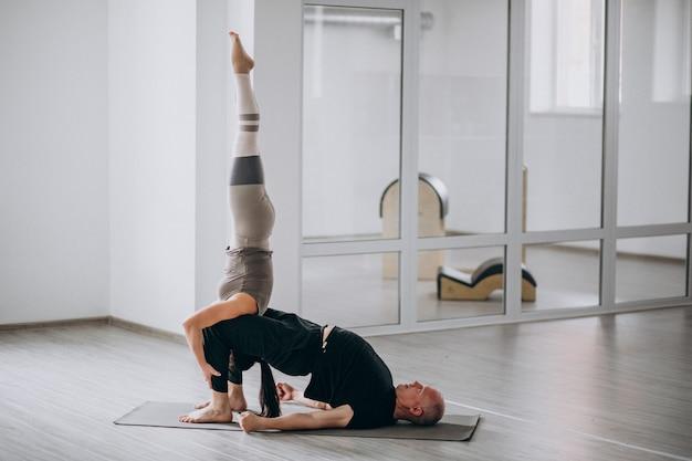 Człowiek i kobieta asana jogi równowagi