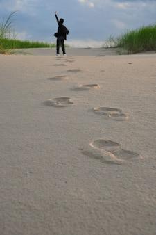 Człowiek i ślad na piasku