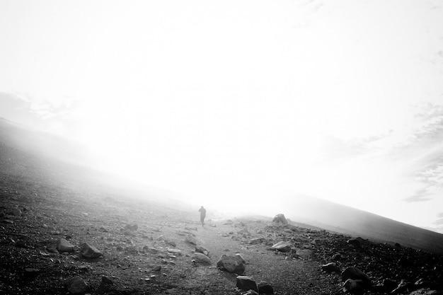 Człowiek idący przez mgłę