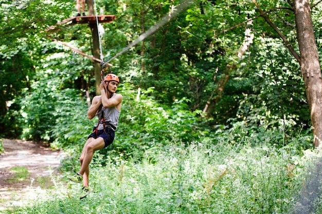 Człowiek idzie na liny w parku rozrywki