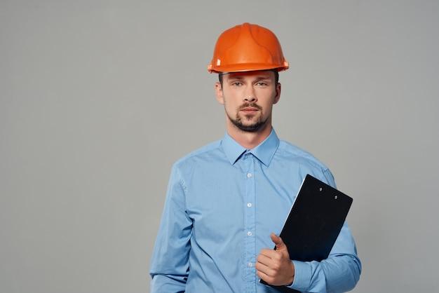 Człowiek inżynier ochrony jasne tło