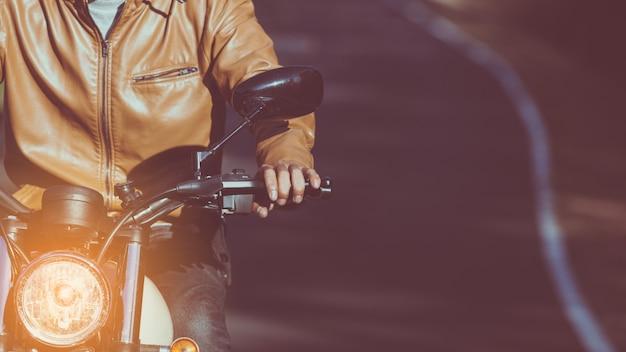 Człowiek jazda motocyklem na drodze w stylu życia wolności w czasie wakacji