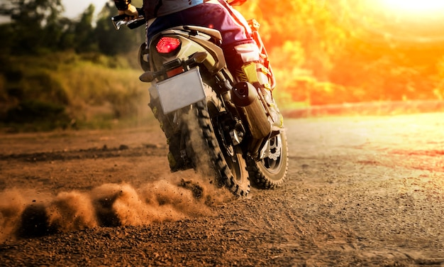 Człowiek jazda motocyklem sportowym touring na polu brudu