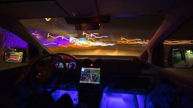Człowiek jazdy z nawigacją w drodze miejskiej. wieczorna pora nocna