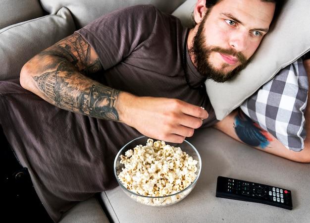 Człowiek jedzący popcorn