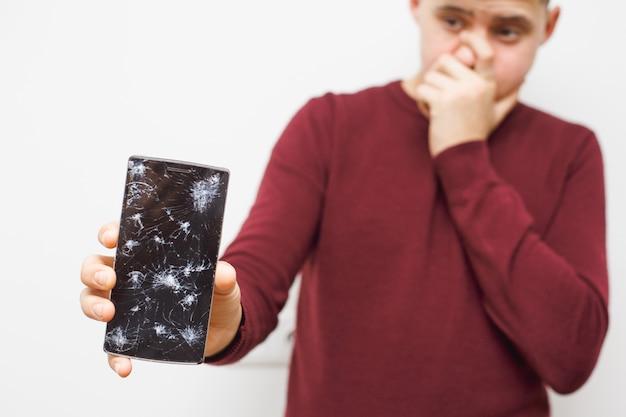Człowiek jest smutny z powodu awarii ekranu