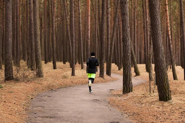 Człowiek jogging w lesie