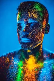 Człowiek kolorowy proszek fluorescencyjny.