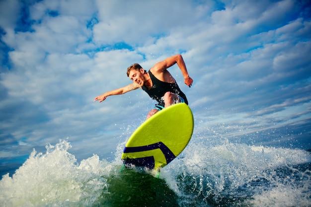 Człowiek korzystający sporty wodne