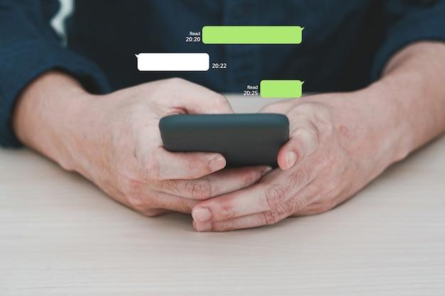 Człowiek korzystający z komunikatora na telefonie komórkowym. mobilny czat online.