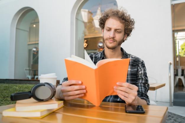 Człowiek korzystający z wolnego czasu i czytając książkę