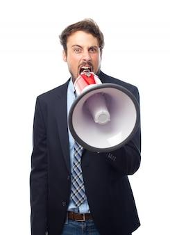 Człowiek krzycząc przez megafon