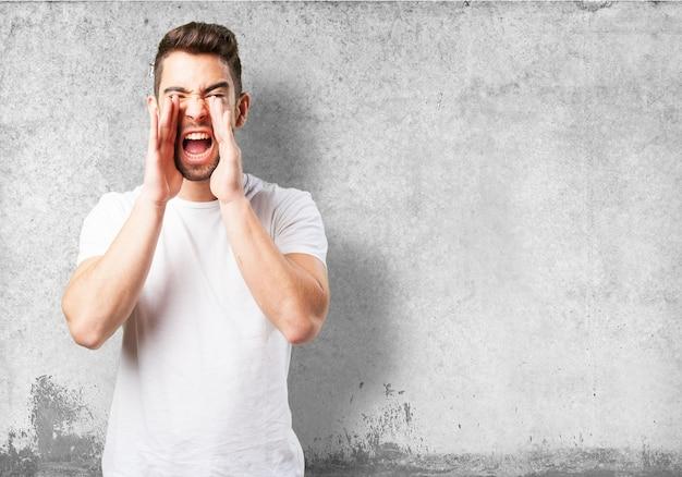 Człowiek krzyczy z rękami na twarzy