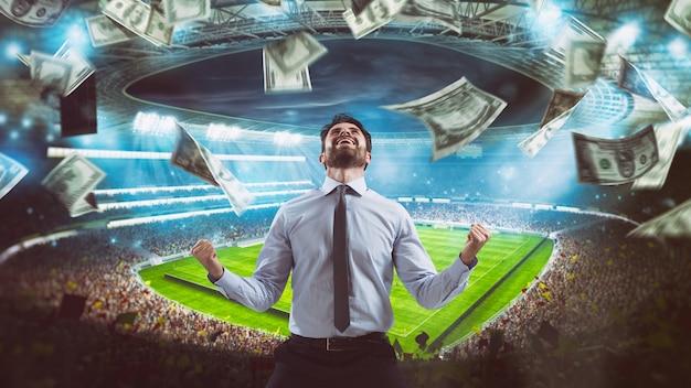 Człowiek, który cieszy się na stadionie z wygrania bogatego zakładu piłkarskiego