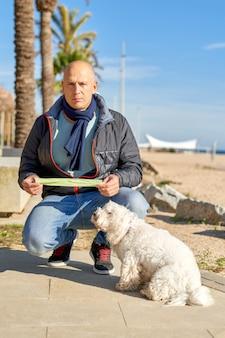 Człowiek kupa w torbie dla swojego psa.