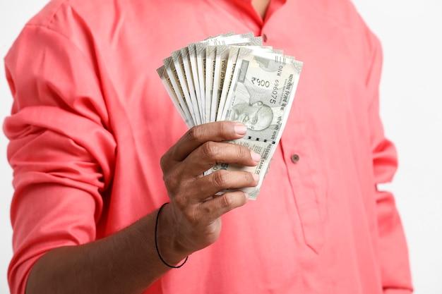 Człowiek liczący nowo wprowadzone na rynek pięćset rupii indyjskich
