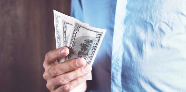 Człowiek liczy pieniądze kalkulując finanse