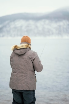 Człowiek łowiący ryby ze specjalnym sprzętem
