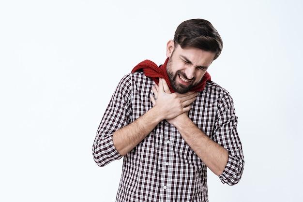 Człowiek ma przeziębienie. owinął szyję wokół szalika.