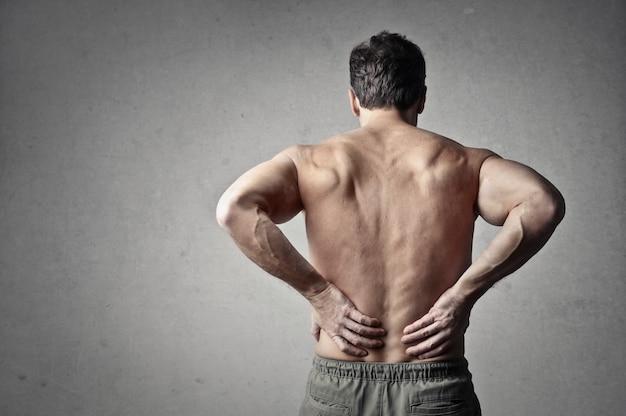 Człowiek mający ból pleców