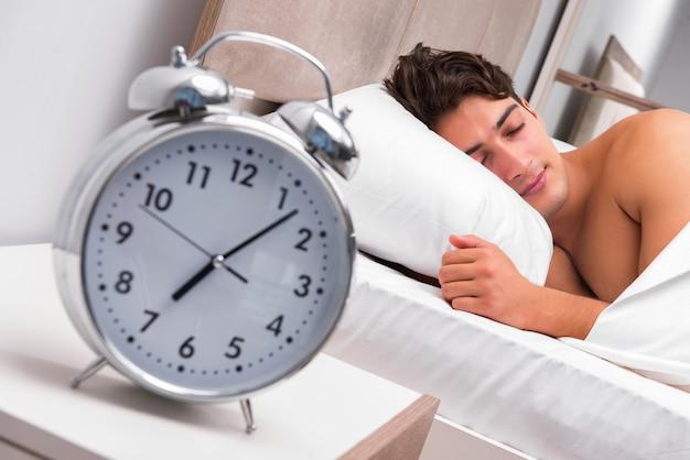 Człowiek mający kłopoty budząc się rano