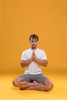 Człowiek medytuje w pozycji lotosu
