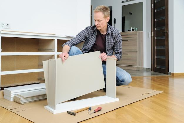 Człowiek, montaż szuflad w domu